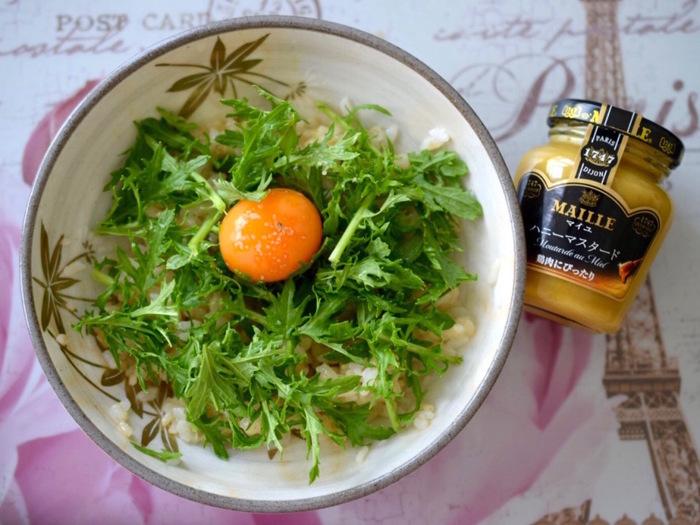 こちらはハニーマスタードを加えて洋風にアレンジた、おしゃれで美味しい卵かけ御飯のレシピです。先ほどのレシピと同じように解凍した卵を白身と黄身に分け、ハニーマスタードと白身を混ぜたご飯の上にベビーリーフ&黄身をのせて、最後にトリュフ塩を振りかけたら完成です。シンプルな卵かけご飯に、ハニーマスタードの甘酸っぱさとトリュフの芳醇な香りがプラスされて、ワンランク上の贅沢な一品に。