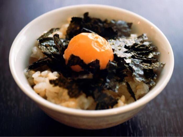 朝食の定番「卵かけ御飯」も、冷凍卵で作ればより濃厚な味わいが楽しめますよ。室温で解凍した冷凍卵を白身と黄身に分け、煎り酒と白身を混ぜたご飯の上に海苔と黄身をのせれば完成です。ちなみに「煎り酒」とは、昔から様々な料理に用いられてきた万能調味料のことです。自宅でも簡単に手作りできますので、以下のリンク先のページをぜひ参考にチャレンジしてみてくださいね。