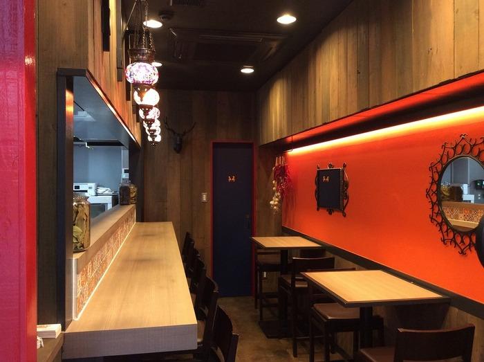 神保町駅と御茶ノ水駅から共に5分程の場所にあるカレー専門店です。元気の良い看板と、エキゾチックな内装のギャップが素敵です。神田カレーグランプリで2018年に優勝している実力店です。