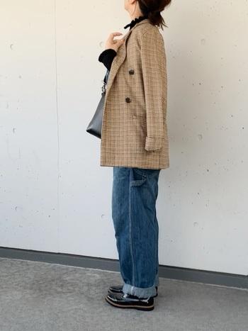 デニムオーバーオール×ドレスシューズのおじルックが、ジャケットのクラシックなムードを演出。 スキニーよりもゆったりとしたラインのデニムをセレクトするとほどよいカジュアル感が生まれます。  インナーやバッグでさりげなく黒で引き締めて◎