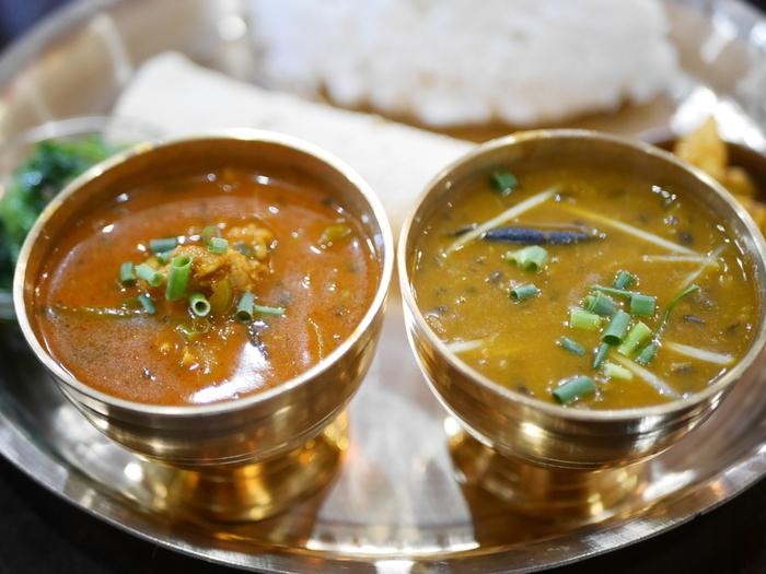 ネパールカレーはインドに比べて唐辛子を多く使わないので、辛すぎないのが魅力。ランチセットは本格的なお味なのにどれもリーズナブルなお値段なので、きっと大満足です。
