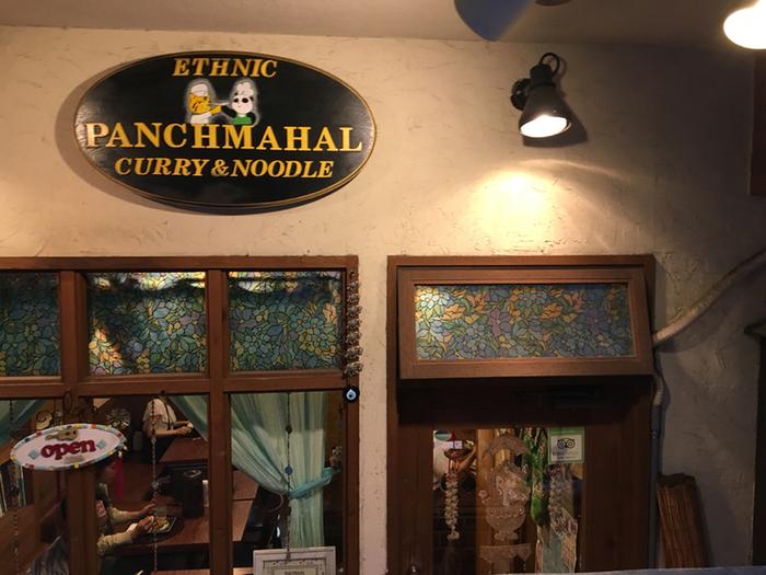 神保町駅より徒歩5分程の場所にある人気のカレー店です。店内はインドの置物や楽器、阪神の飾りなどが至る所に飾り付けられており、異国情緒とも違う個性的な雑貨屋さんのような雰囲気です。