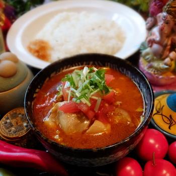 こちらの人気商品は、さらりとしたスープに具がたくさん入っている「インド風カレー」です。柔らかい鶏肉やもりもりの野菜に香りの良いクミンライスが良く合います。