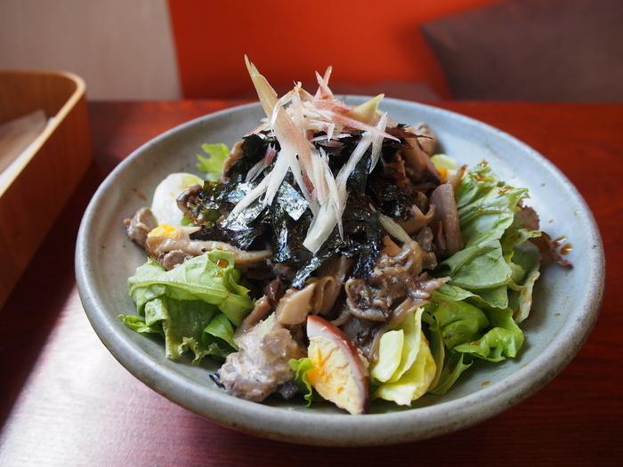 しっかりと野菜や繊維質が豊富な食べ物を食べたいという方には、「鶏とキノコのサラダ丼」もおすすめです。