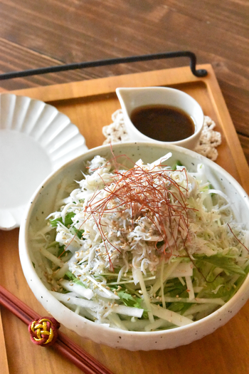大根、水菜、しらす、いりごまのシンプルで見た目もスッキリとしたサラダに、酢、砂糖、醤油、ごま油で作るドレッシングをかけていただく中華風サラダ。お家にある調味料で、箸がとまらなくなるような絶品ドレッシングが簡単に作れるのも◎。大根がおいしい時期に何度もリピしたくなるかも。