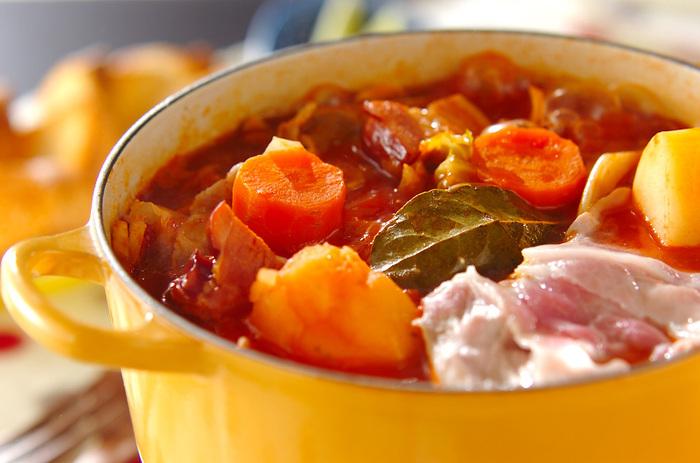 ビーツといえば定番のロシア料理であるボルシチが浮かびますね。ビーツの缶詰を使ったレシピです。パンを浸していただくと美味しいです。