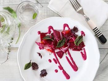 真っ赤なドレッシングならシンプルになりがちなサラダもパッと明るくなり食欲も湧いてきそうですね。栄養もしっかり取れるドレッシングです。