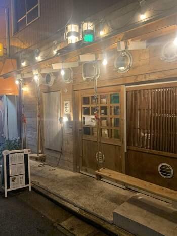 吉祥寺の駅からは徒歩3分程でありながらも、人通りが比較的少ないエリアにある人気のスパイス料理店です。一見魚料理系の和食居酒屋さんにも見えるため、そのギャップも楽しいですよ。