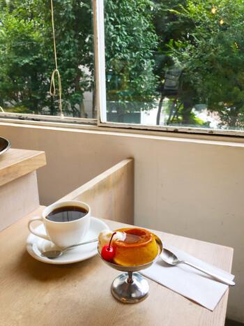 こだわりのブレンドコーヒーはもちろん、コーヒーにあう手作りスイーツも魅力的。ちょっとかためのレトロなプリンは、コーヒーと一緒に頼む、人気メニューのひとつです。