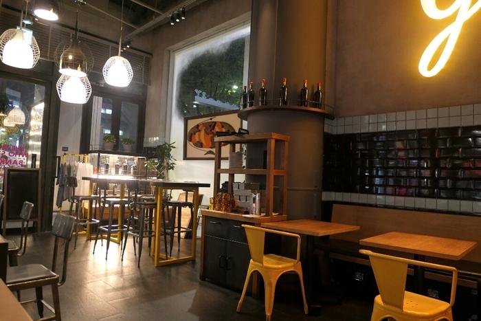 イタリアの人気ファッションブランド、「ディーゼル」がプロデュースするカフェ。内装やメニューはアメリカンがベースになっており、おしゃれな気分を楽しめます。