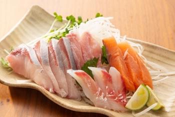 はまちなど赤身魚は、アレルギー体質というよりも、ヒスタミンという物質によってアレルギー症状が出ることがまれにあります。対策としては、とにかく常温に長く置かないこと。すぐに冷蔵庫へ。ヒスタミンは加熱しても減らないのでご注意を。また、アニサキスについては、とくに養殖物のはまちにはほとんどいません。