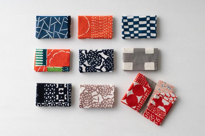 型染で染めた布で作られた名刺入れは、独特のコントラストの利いた小粋なデザインです。内側はポケットが2つついていて、仕分けができるようになっています。