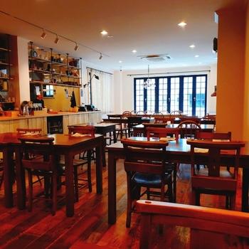 食器ブランドを展開する「マルミツポテリ」の東京初の直営店として誕生した、「MEALS ARE DELIGHTFUL(ミールズアーディライトフル)」の建物、二階がカフェになっています。  こちらのカフェで使用されているうつわも、もちろん「マルミツポテリ」のものですよ。