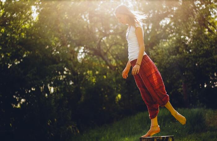 内ももを鍛えることで、外側にいきがちだった重心を体の中心である内側に戻す効果が期待できます。そして脚の形もスラリとまっすぐ伸びてキレイな美脚を目指せます。 日々のケアで柔らかさをキープしつつ、同時に弱くなっている内ももをトレーニングしましょう。