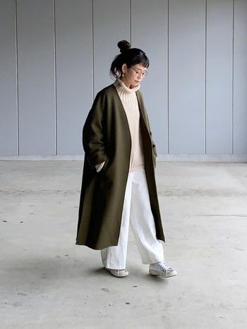 重たい印象になりがちなカーキのガウンコート。ニット、パンツ、スニーカーを白でまとめて爽やかに。