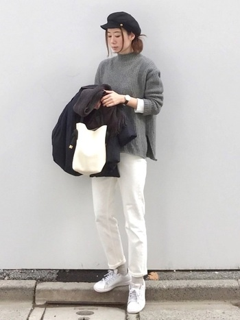 アクティブに歩き回りたい休日には、足元はスニーカーがいちばん。白スニーカーで軽快に。