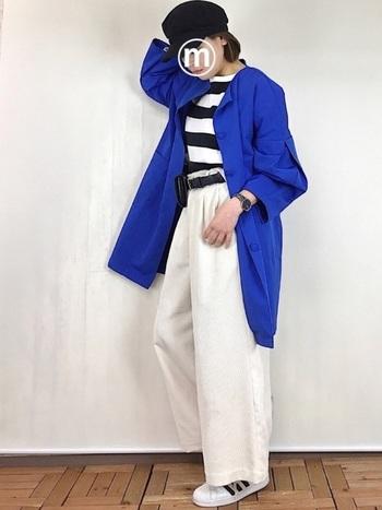 ボーダーTに白パンツ&白スニーカーのフレンチコーデ。鮮やかなブルーのジャケットは、大人だからこそ着こなせる存在感です。