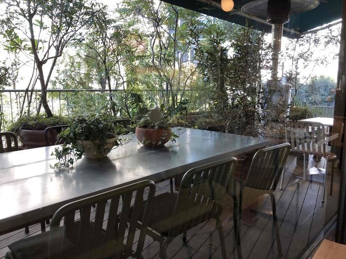 まわりはグリーンに囲まれていて、ゆっくり長居したくなりますよ。すいてる時を見計らってちょくちょく通いたい・・自分にとっての隠れ家的存在のカフェになりそうです。