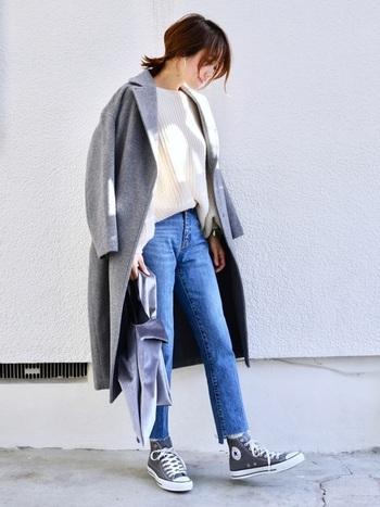 デニムパンツにスニーカーというカジュアルコーデ。グレーのコートでラフさを抑えて上品に。