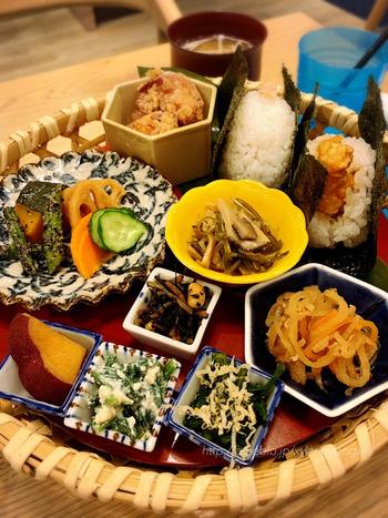 ディナータイムには、お惣菜が盛りだくさんの少し贅沢な「籠盛り御膳」や、お酒も楽しめます。また、食後にぴったりな和スイーツやカフェドリンクなども揃っているので、ゆったりしたひと時を過ごすことができますよ。