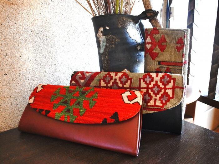 ヨーロッパとアジアのちょうど真ん中にあるトルコ。伝統工芸や羊毛を使った刺繍や伝統芸術が息づいています。幾何学模様や植物のモチーフがあしらわれたキリムは絨毯として有名ですが、キリムのバッグや小物など、伝統を感じる美しい雑貨も豊富なんです。