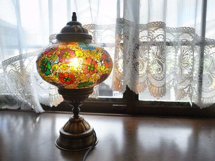 トルコの伝統工芸品といえば、このトルコランプ。オスマントルコ時代から宮殿などで使われていたんだそう。モザイク模様がカラフルで美しく、お部屋に置けばレトロでおしゃれな間接照明に!