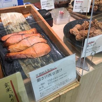 店頭には、おにぎり以外にも築地で仕入れた「銀さけ西京漬け」や「ぶり王照り焼き」などの新鮮な魚が並び、こちらも美味しいと評判。おにぎりと一緒に、おかずを購入できるのも嬉しいポイントです♪