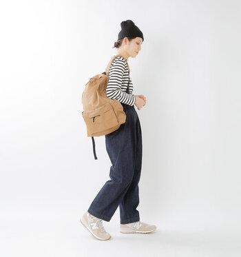 スエードのマットな質感がカッコよく、革靴感覚で履けちゃうから、大人女性のコーデに取り入れやすいですね。履き心地もラクラクで、どこまででも歩いて行きたくなりそう。