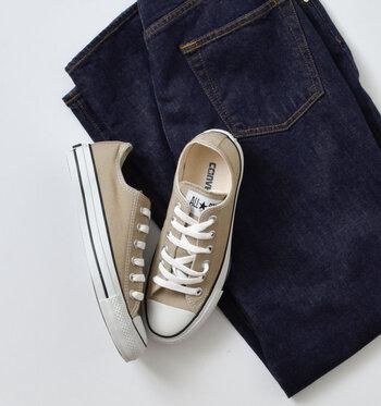 性別、年齢を問わず愛され続ける「スニーカー」。若い頃のようにカジュアルすぎる着こなしは卒業し、品よく素敵にコーデに取り入れて大人のファッションを楽しみましょう。