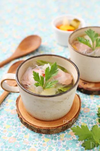 忙しい朝にもうれしい、レンジで簡単な春雨スープ。ウインナーのほか、じゃがいも・にんじん・キャベツなど野菜もたっぷり入ったポトフ風なので栄養満点です。
