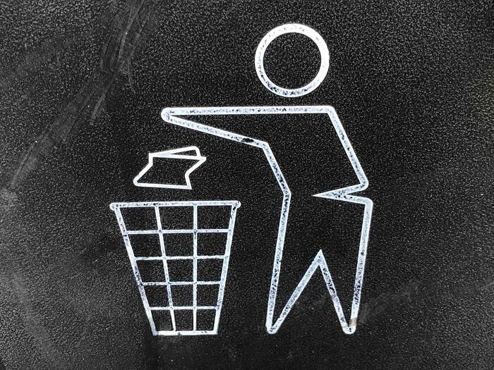 なんと、事業所や家庭から出されるプラごみのうち、再びプラスチックとして生まれ変わるのはわずか16%。その他に、6%が製鉄に使う原料などに生まれ変わるのだそう。  いわゆる「リサイクル」に分類されるプラごみですが、合計しても2割程度にとどまるのが、実際のところです。