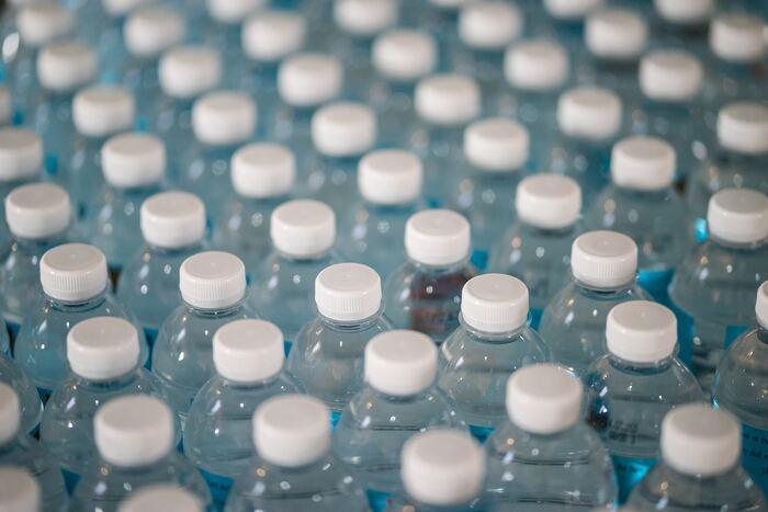 ちなみに、一般廃棄物系のプラごみのうち、「容器包装プラスチック(ポリ袋、パック、食品トレーなど)」と「ペットボトル」は、容器包装リサイクル法によって、リサイクルが定められています。  こういったごみを出さないのに越したことはありませんが、完全に排除するのも難しいのが現実なので、せめてこれらは2種類は、より丁寧に分別したいですね。