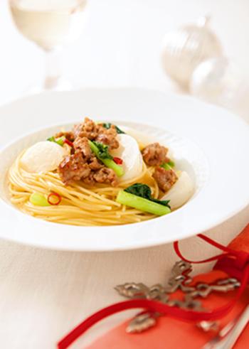 サルシッチャを使った料理の中でも、パスタは人気ですね。ソースがよくからむように、細めのパスタで。かぶを葉っぱごと使って、彩りよく仕上げましょう。