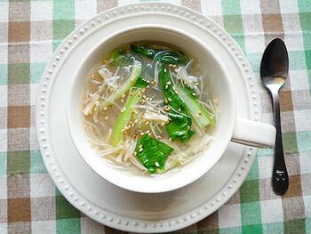 こんなにおしゃれな春雨スープも、即席タイプの春雨を使えばマグカップのみで完成!チンゲン菜はあらかじめ茹でておけばさらに楽ちん。ホタテは缶詰を使って、醤油ととりがらスープの素の量はお好みで調整。仕上げにごま油を垂らしましょう♪