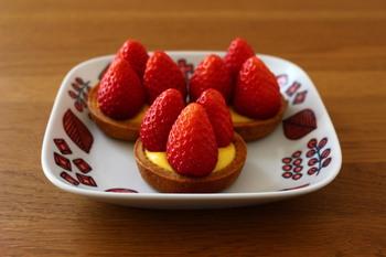 タルト生地とカスタードクリーム、甘酸っぱいいちごがよく合います。ちょっとした記念日に作りたくなります。