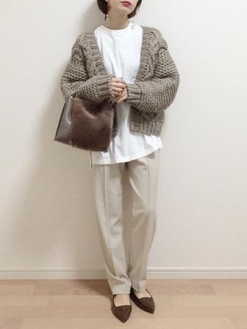 印象的なざっくり編みのベージュカーディガンはどこか可愛らしい雰囲気。カットソー×パンツのシンプルなコーデに合わせたときも、カーディガンの網目が目を引くポイントになってくれます。  バッグと靴はきちんと感のあるものを選んで、メリハリを出すのがおすすめです。