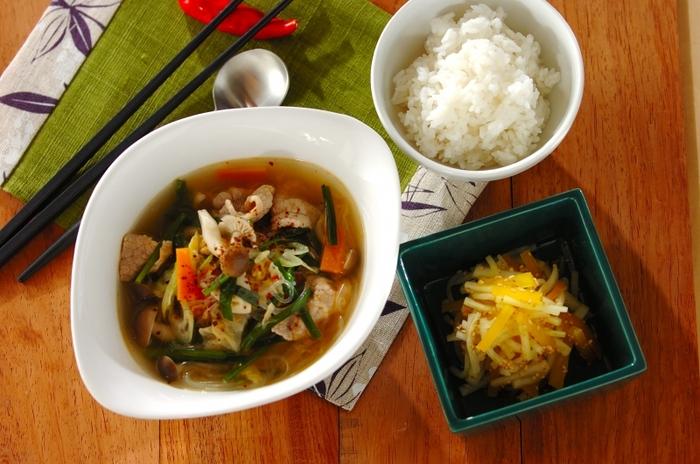 こちらは、韓国風の春雨スープの献立です。春雨スープは豚肉や野菜も入って食べ応えがあるので、メインの扱いでも良いでしょう。こちらのレシピでは、大根とたくあんの和え物を添えています。ご飯の量はお好みで調整してみてくださいね♪