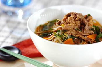 こちらも韓国風のボリューミーな春雨スープの献立です。メインにするとちょっと物足りない、というときには、おかずの種類を増やすのも良いでしょう。  こちらの献立では、エビの炒め物や大和芋に納豆ダレをかけたものに、ヨーグルトのデザートを添えています。コクのある春雨スープにさっぱりデザートを合わせるのもおすすめ♪