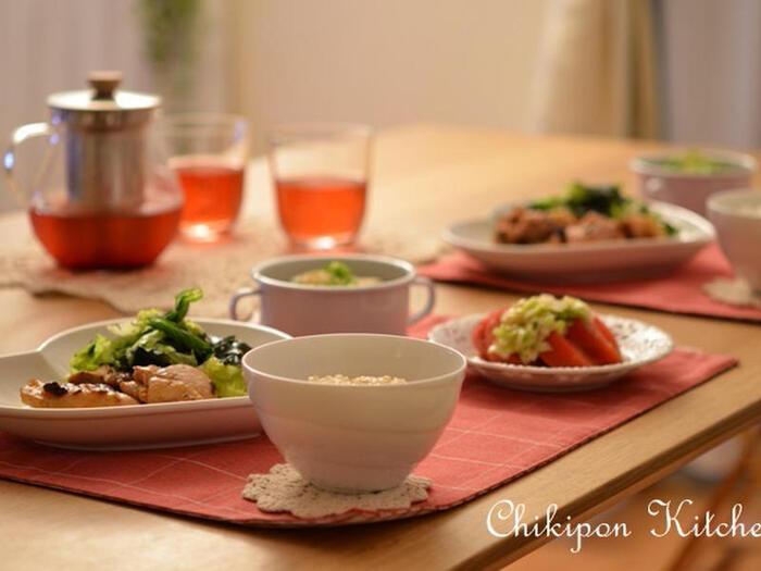 こちらの献立の春雨スープは、お酢の入ったさっぱり味のスープです。メインには、コクのある鶏もも肉の焼き物を合わせて。トマトのサラダと、レタスとワカメのサラダも添えて、野菜たっぷりでヘルシーです。ご飯は、雑穀ごはんなどを合わせるのもおすすめ!