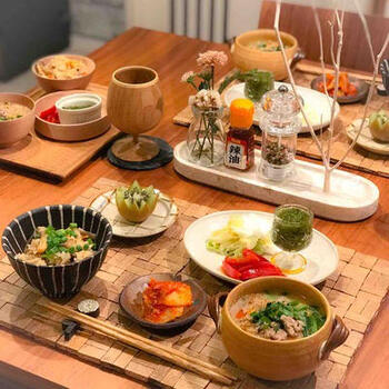 こちらは見た目にも豪華な献立!春雨スープは、担々麵風で単品でもメインになりそうなレシピです。ポイントは、炊き込みご飯を合わせていること。炊き込みご飯には具材が入るので、ご飯自体の量は少なめでも食べ応えがあり、春雨の分ご飯を減らしたいときにもぴったりです。  他のおかずは、キムチやお浸し、漬物など意外にもシンプルでさっぱりめなのも魅力。がんばり過ぎずに挑戦できる献立です♪