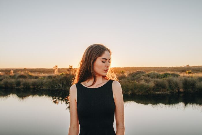 では、「凛とした女性」はどのような知恵や姿勢を心得て、毎日生活を送っているのでしょうか?今日から少し意識を変えるだけで、すぐに実行できるヒントを10集めました。参考にされてみて下さいね。