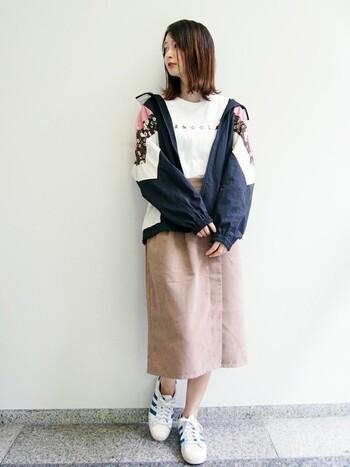 女の子らしいコーデがお好きな方には、こんな切り替えデザインのウィンドブレーカーがぴったり。 ピンクや花柄が華やかで、アクティブなイメージを和らげてくれます。  ボトムはシンプルなスカートを選んで、大人可愛いカジュアルコーデに♪