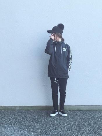 ウィンドブレーカーはスポーティーな印象の強いアイテムだからこそ、色選びに迷う方も多いのでは? そんなときの最初の1着として、まずは黒がおすすめ。  全身を黒でまとめるだけで様になります。 ボンボンの付いた帽子で、遊び心を加えて。