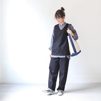 ノーカラーシャツ+ベストでプレッピーに。ヘアスタイルは高い位置でまとめると、重心が下に位置するコーデはバランス感がアップします。