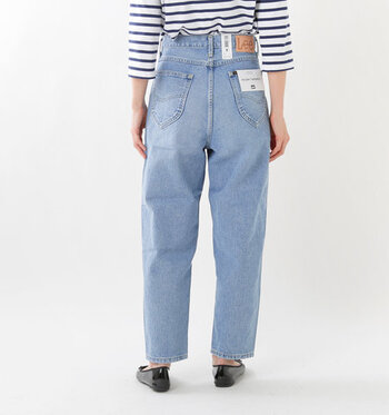 大きめのポケットはすっぽりとヒップを包み込み、スリムに見せてくれます。