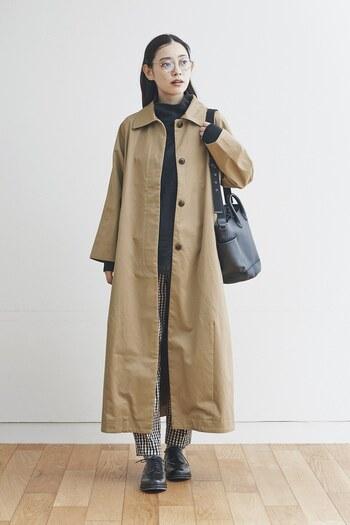 ナチュラルさんの私服にも使いやすそうなベージュのシンプルステンカラーコート。冬のオフィスカジュアルにも使いやすいきちんと感のある上着ですね。
