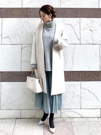 きれい色が暗くなりがちな冬のオフィスカジュアルにうれしいユニクロのスカート♪女性らしい柔らかさを演出できます。