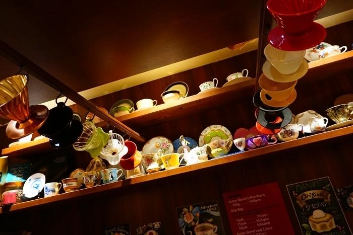 上野御徒町駅からすぐの場所にある、小さな喫茶店です。扉を開けると圧巻のアンティーク食器の数々が目に入ります。1977年に神戸で創業され、上野に移転して以来常連さんに愛されているお店です。アンティークなコーヒーカップやお皿はどれも高級なものばかり取り揃えられています。