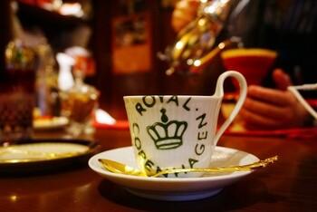 アメ横ダンケでいただけるコーヒーは、バターブレンドです。バターブレンドとは豆の焙煎直後にバターを染み込ませており、大変香り高いコーヒーです。コーヒーカップは好きなものをチョイスできますよ。