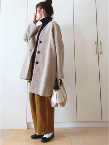 冬のオフィスカジュアルに、シルエットからゆるっと感を取り入れるなら、ユニクロのパンツがおすすめです。カラーもナチュラルで可愛いですね。
